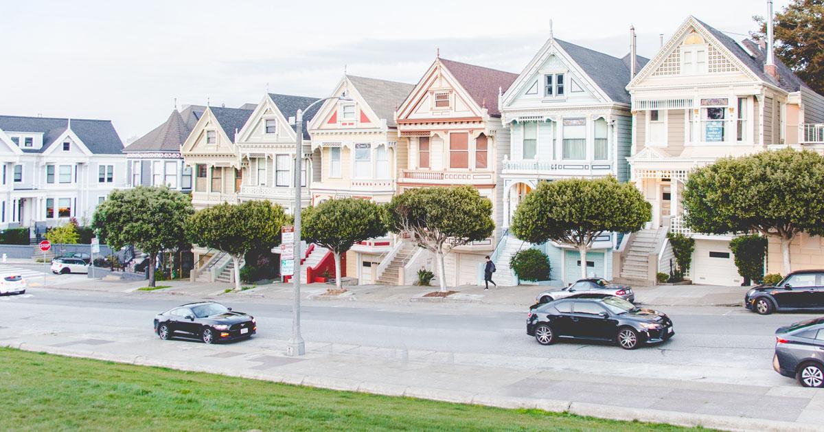 通りを挟み、同じ形で色違いの家が立ち並ぶ、住宅の写真