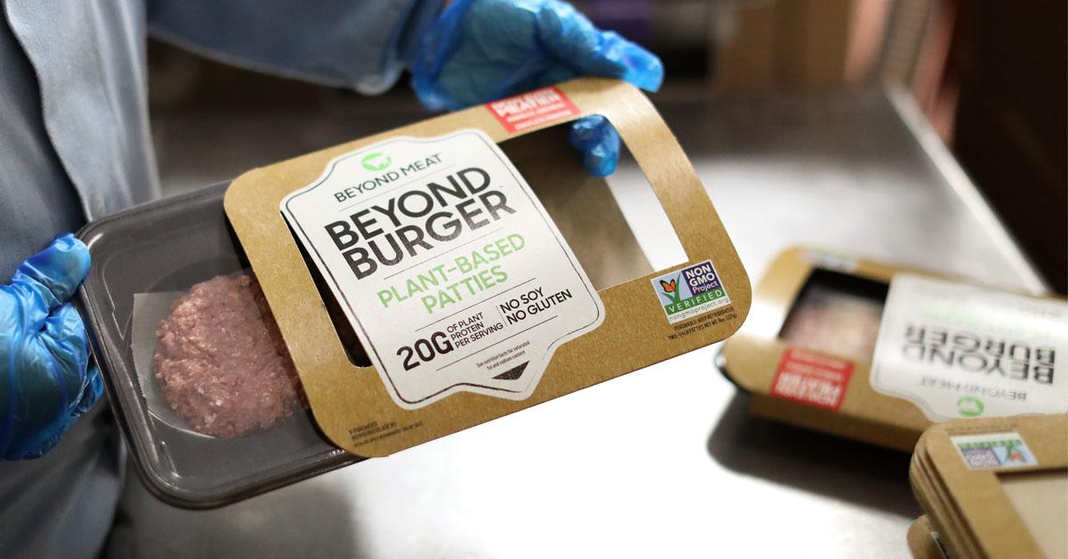 ビヨンドミート社の製造工場で撮影された植物由来肉の食品ビヨンドバーガー。ハンバーガパティの写真