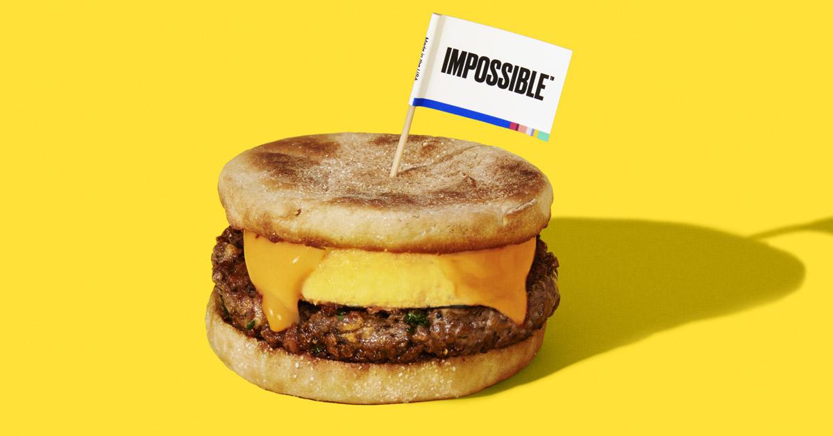 インポッシブルフーズの牛ハンバーガー用パティ風の植物由来肉を使用したハンバーガーの写真